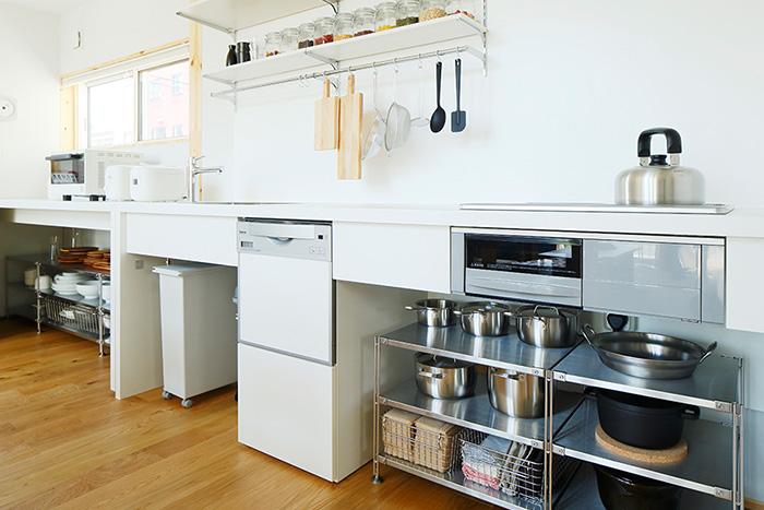 無印良品の家 浜松店モデルハウスでは、壁付けキッチンにしています。 テーブルを壁際に組合わせて家電や家具をコーディネートし、キッチンやテーブルの下にはごみ箱  ...