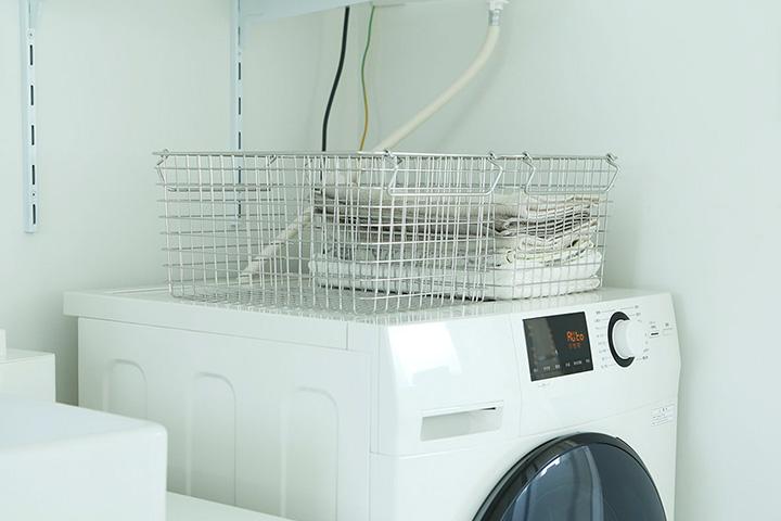 そしてドラム式のいいところ! 洗濯物の出し入れが手前なので、洗濯機上に物が置けちゃうんですよね。写真では仮置きで無印良品の ...