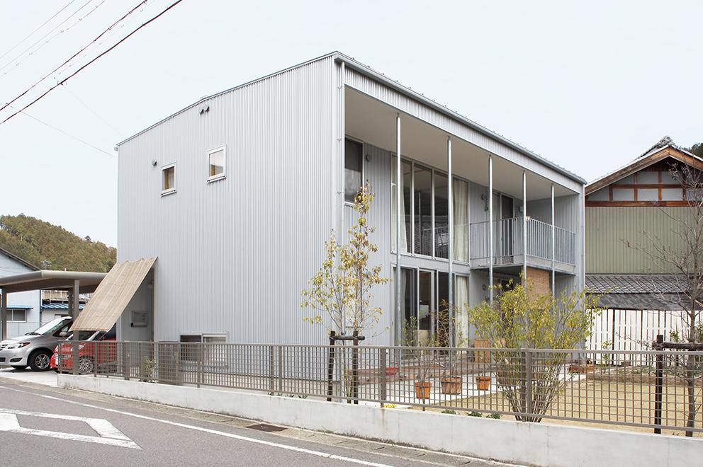 学生と社会人生活を送っていた札幌から、実家で歯科医として働くために帰郷したご主人と奥さま。 「無印良品の家以外は建てない」「とにかく心配」